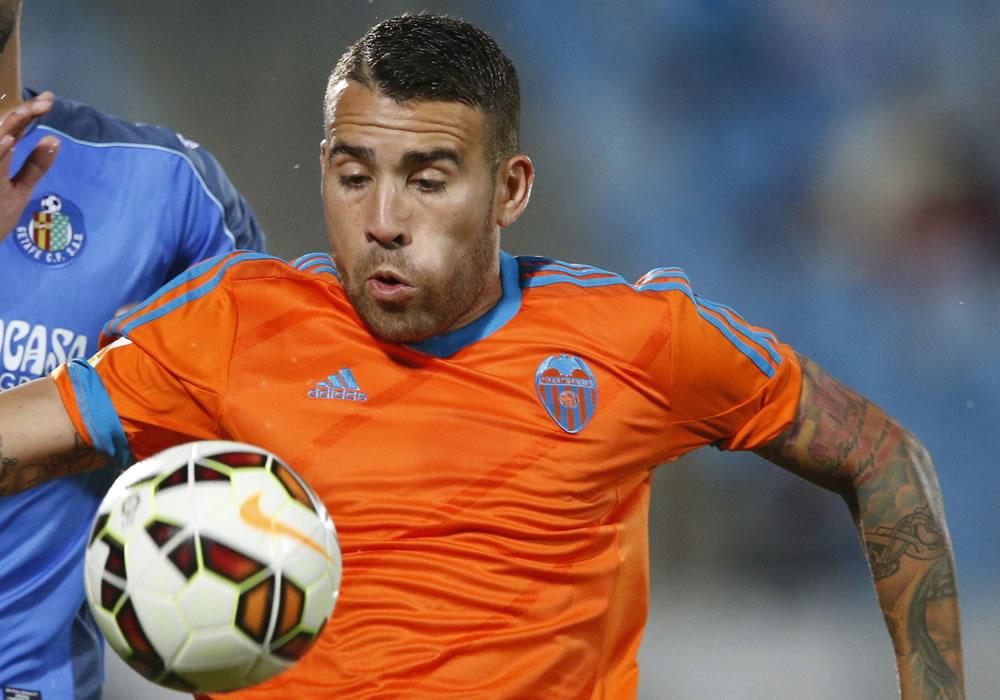 El defensa argentino del Valencia, Nicolás Otamendi (d) controla el balón seguido por el delantero del Getafe. EFE