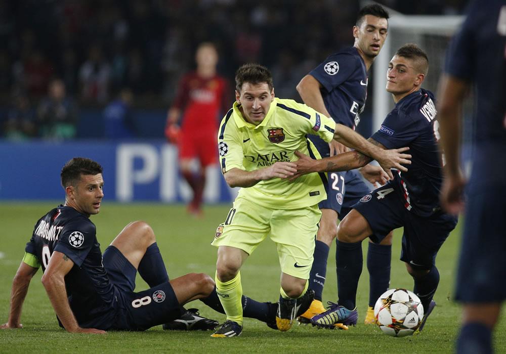 Los jugadores del París Saint-Germain Marco Verratti (dcha) y Thiago Motta (izda) pelean por el control del balón con el jugador del FC Barcelona, Lionel Messi. Foto: EFE