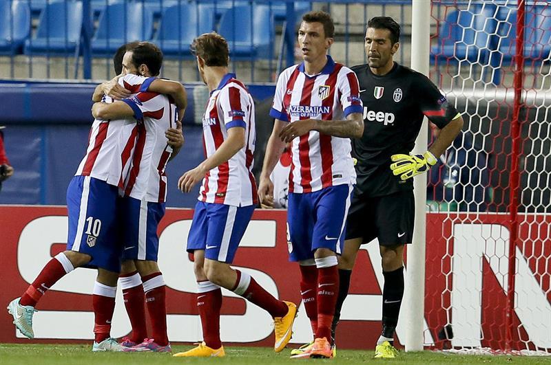 Los jugadores del Atlético de Madrid felicitan a Arda Turan (i) tras marcar ante la Juventus, durante el partido de la segunda jornada de la fase de grupos de la Liga de Campeones. EFE
