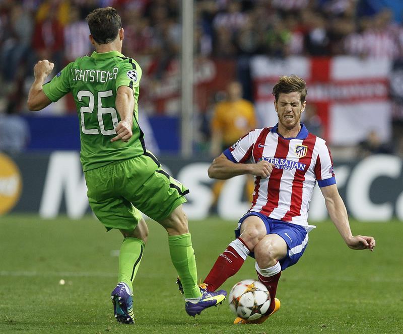 El defensa argentino del At. de Madrid, Cristian Ansaldi (d), intenta cortar el avance del centrocampista suizo de la Juventus. EFE