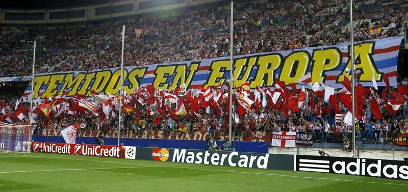 La afición del Atlético de Madrid anima al equipo antes de comenzar el partido de la segunda jornada de la fase de grupos de la Liga de Campeones. EFE