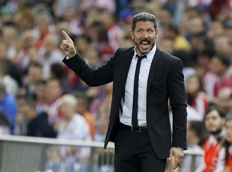 El DT del Atlético de Madrid, Diego Simeone, da instrucciones a sus jugadores durante el partido de la segunda jornada de la fase de grupos de la Liga de Campeones. EFE