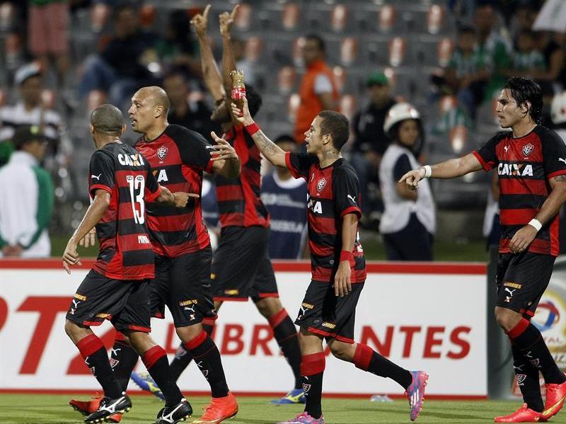 Nacional de Colombia igualó 2-2 con Vitória de Brasil en Medellín. Foto: EFE