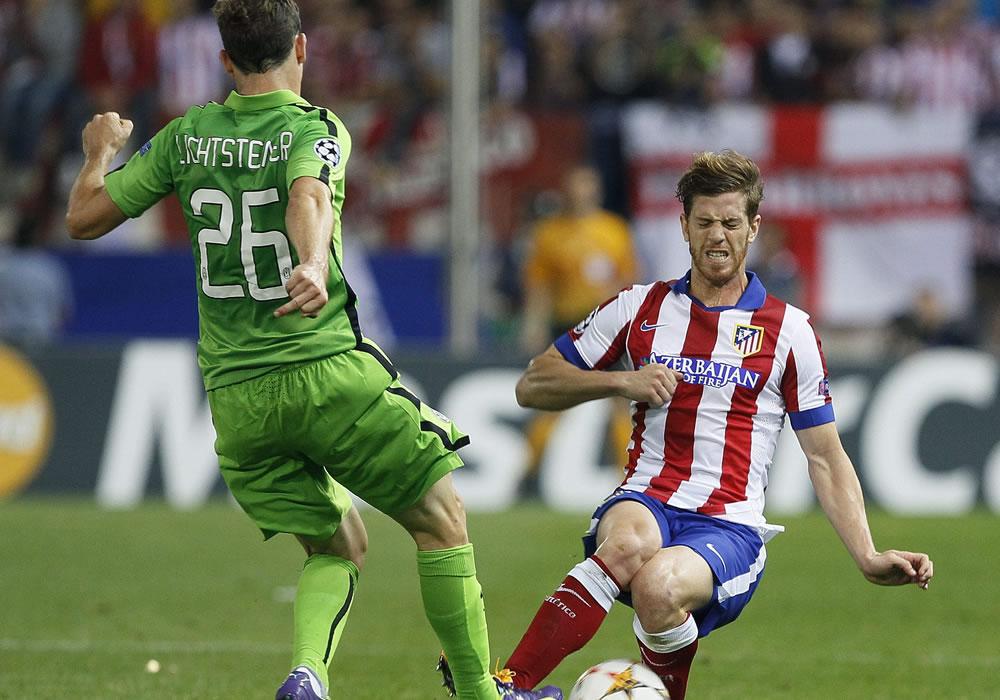 El defensa argentino del At. de Madrid, Cristian Ansaldi (d), intenta cortar el avance del centrocampista suizo de la Juventus, Stephan Lichtseiner. Foto: EFE
