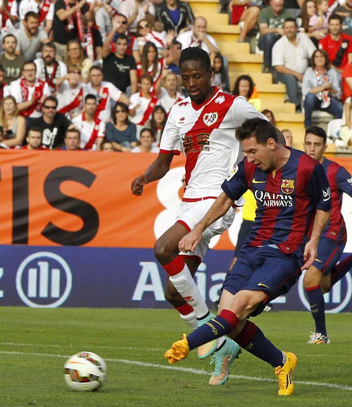 El delantero argentino del Barcelona Leo Messi (d) supera al defensa senegalés del Rayo Vallecano Abdoulaye Ba. Foto: EFE