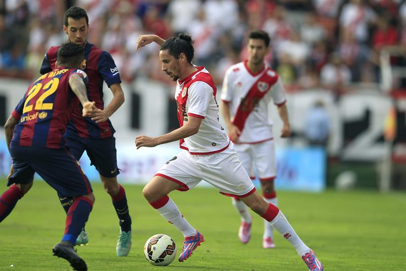El delantero argentino del Barcelona Leo Messi (d) pelea un balón con el defensa Rayo Vallecano Raúl Baena. Foto: EFE