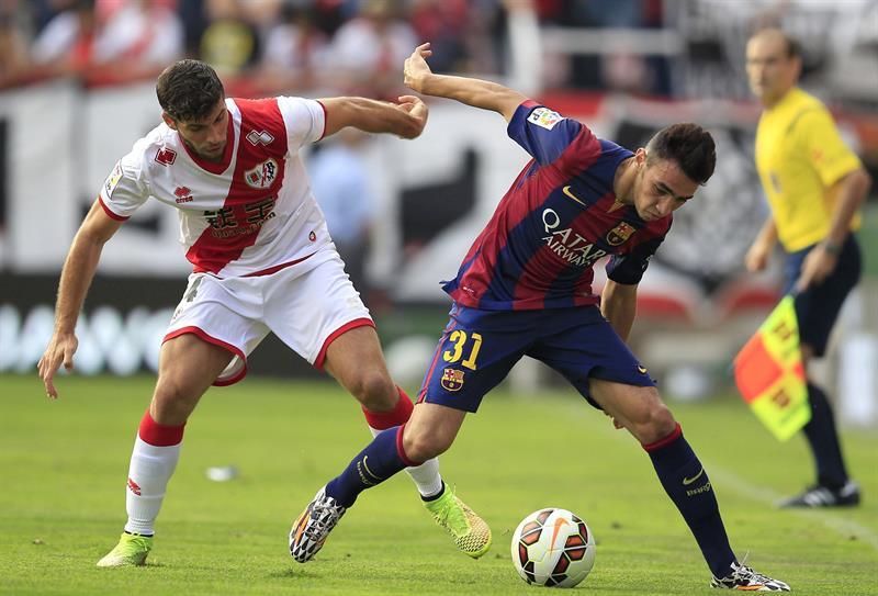El defensa argentino del Rayo Vallecano Emiliano Insua (i) pelea un balón con el centrocampista del Barcelona Munir. Foto: EFE