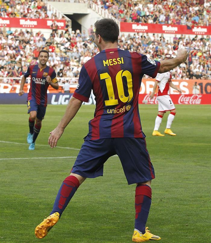 El delantero argentino del Barcelona Leo Messi celebra la consecución del primer gol de su equipo ante el Rayo Vallecano. Foto: EFE