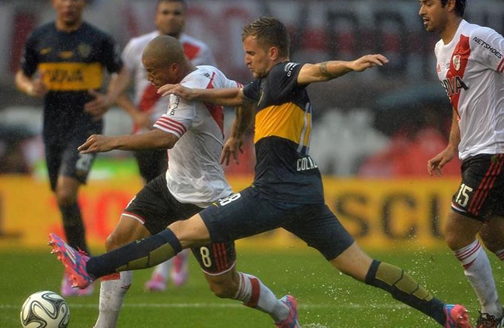 Carlos Sánchez (i) del River Plate disputa el balón con Nicolás Colazo de Boca Juniors. EFE
