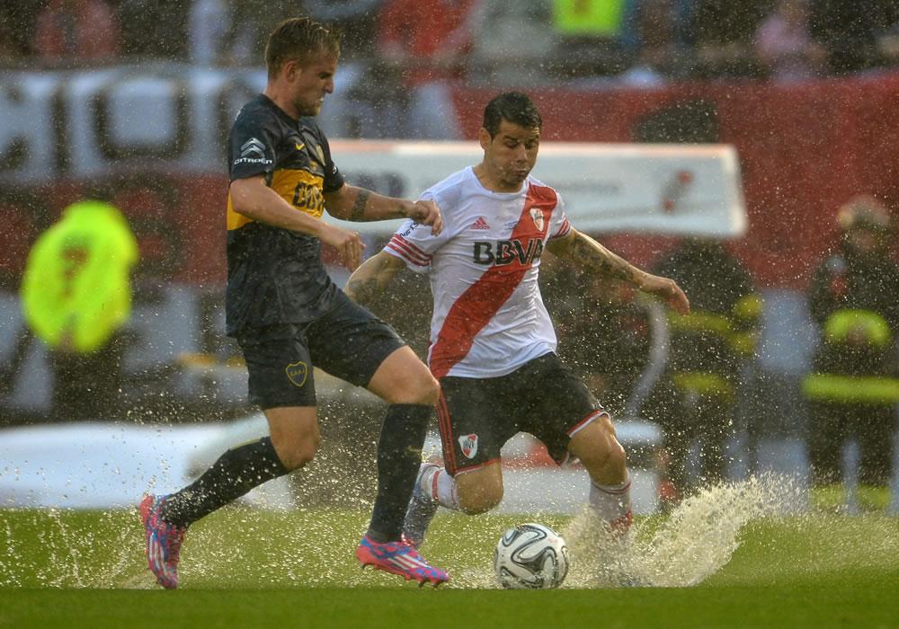 Rodrigo Mora (d) del River Plate disputa el balón con Nicolás Colazo (i) de Boca Juniors. EFE
