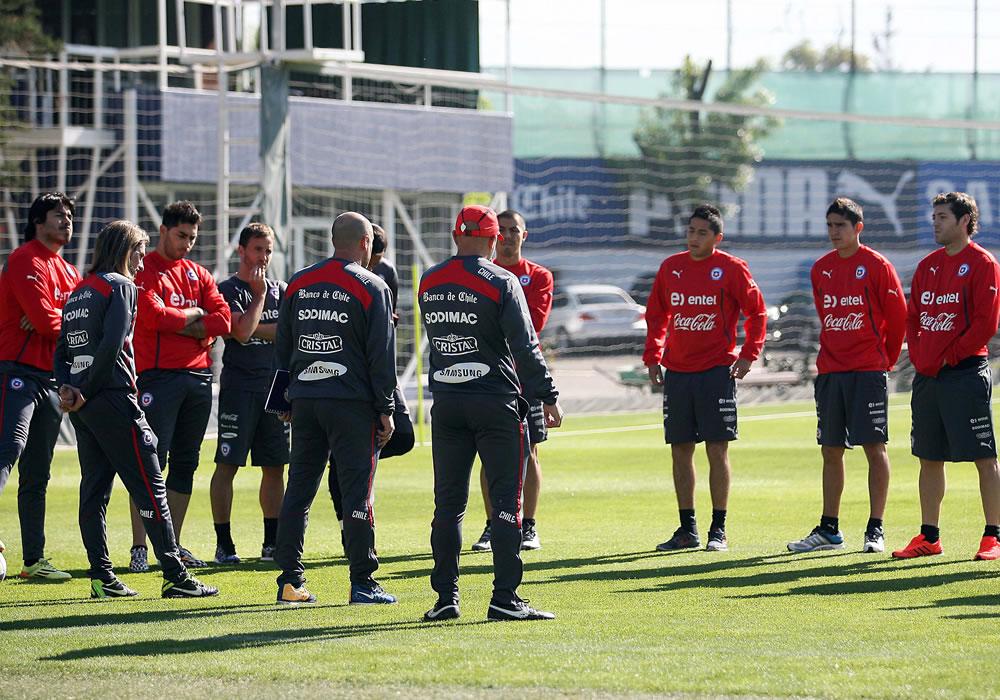 Fotografía cedida por la ANFP del director técnico de la selección chilena de fútbol, Jorge Sampaoli (c), durante una practica. Foto: EFE