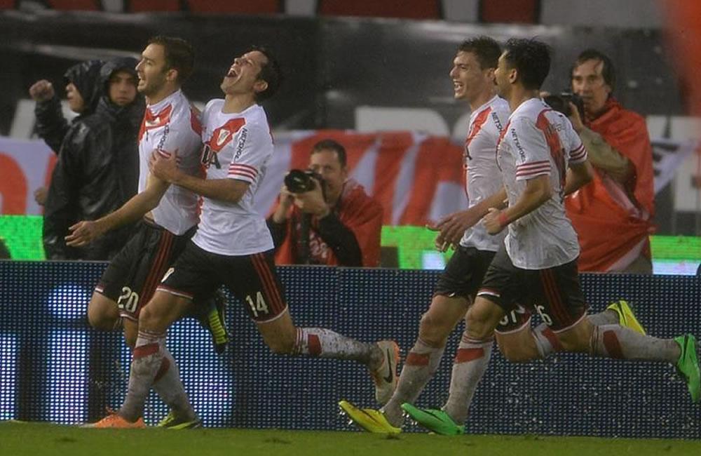 Germán Pezzella (2-i) del River Plate celebra tras anotar un gol ante Boca. EFE