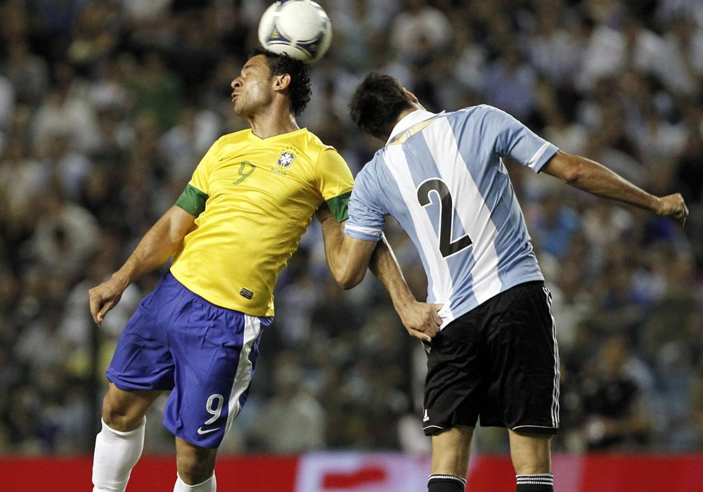 Martino espera un Brasil poco hambriento de balón pero peligroso a la contra. Foto: EFE