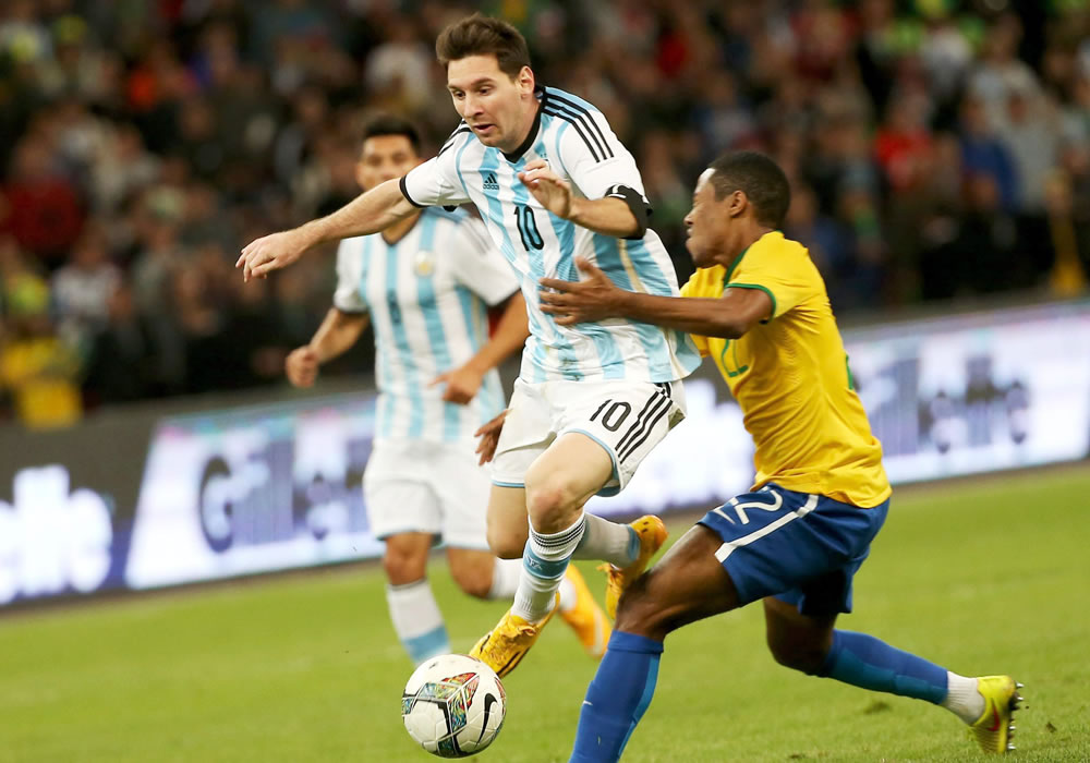 Argentina's Lionel Messi (L) vies for the ball with Brazil's Elias Trindade during the 'The Super Classic of the Americas' international friendly match between Brazil and Argentina. Foto: EFE