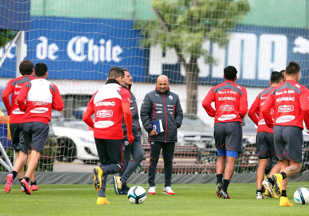 Fotografía cedida por ANFP que muestra al DT de la selección chilena de fútbol, el argentino Jorge Sampaoli (c), mientras observa a sus jugadores. Foto: EFE