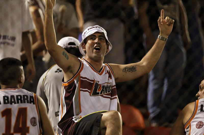 Un fanático de Lanús de Argentina alienta a su equipo ante Cerro Porteño de Paraguay. Foto: EFE