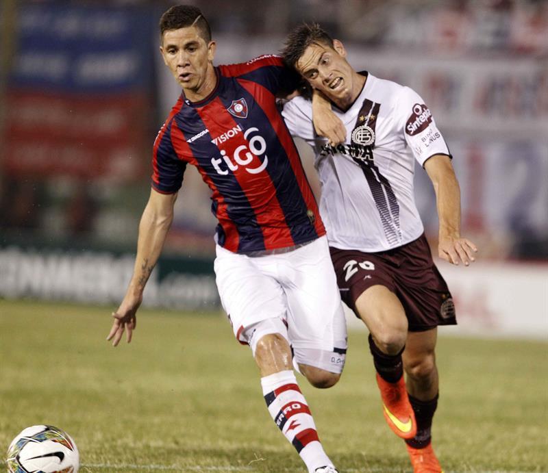 El jugador del Cerro Porteño de Paraguay Danilo Ortiz (i) disputa el balón con Lucas Melano (i) de Lanús de Argentina. Foto: EFE