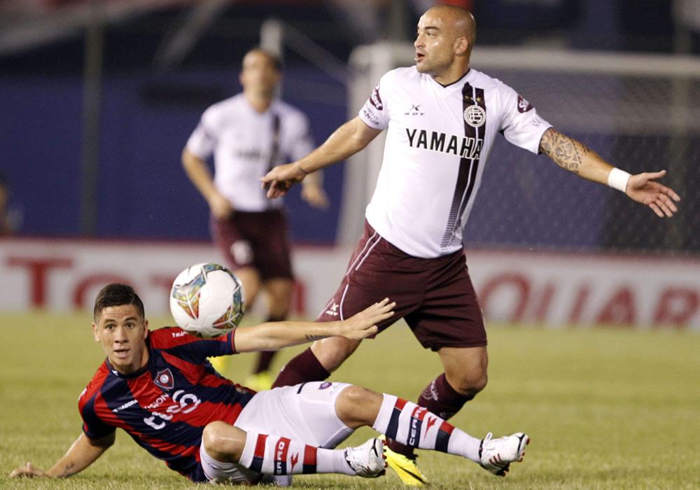 El jugador del Cerro Porteño de Paraguay Danilo Ortiz (d) disputa el balón con Santiago Silva (i) de Lanús de Argentina. Foto: EFE