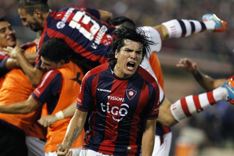 Jugadores del Cerro Porteño de Paraguay celebran después de anotar un gol ante Lanús. Foto: EFE