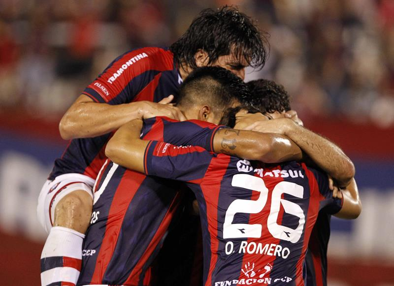 Jugadores de Cerro Porteño celebran después de anotar un gol ante Lanús. Foto: EFE