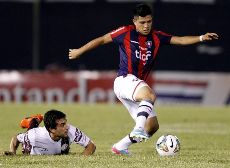 El jugador del Cerro Porteño de Paraguay Sergio Díaz (d) disputa el balón con Carlos Araujo (i) de Lanús de Argentina. Foto: EFE
