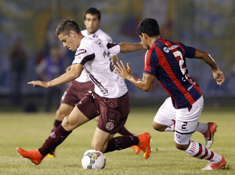 El jugador del Cerro Porteño de Paraguay César Banítez (d) disputa el balón con Lúcas Melano (i) de Lanús de Argentina. Foto: EFE
