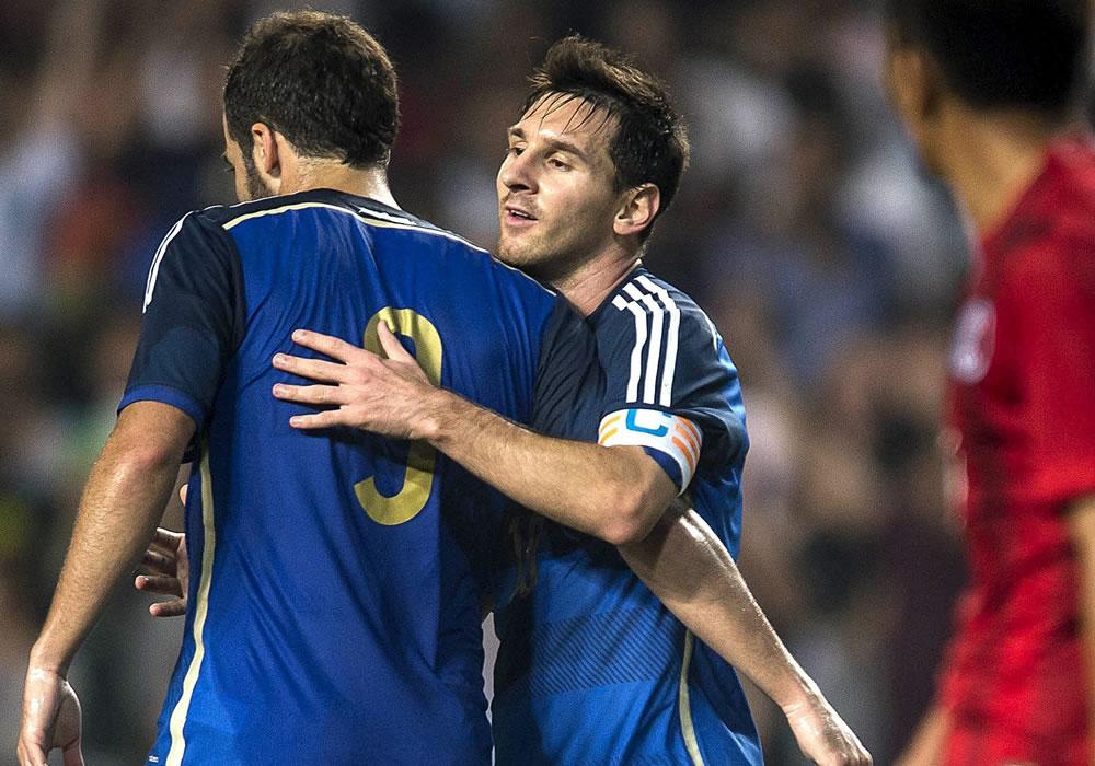 Los jugadores argentinos Gonzalo Higuaín (izda) y Lionel Messi celebran uno de los goles conseguidos ante la selección de Hong Kong. Foto: EFE