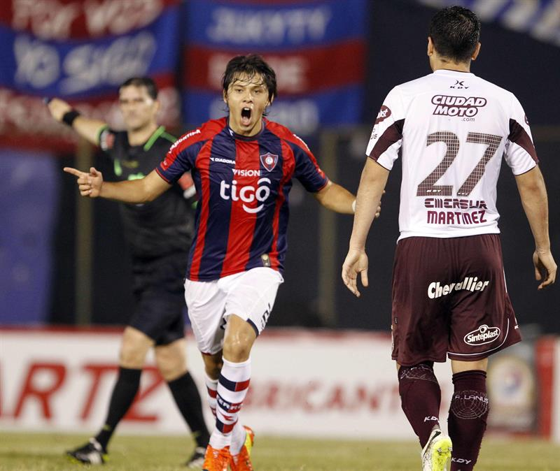 El jugador del Cerro Porteño de Paraguay Óscar Romero (c) celebra después de anotar un gol ante Lanús. Foto: EFE