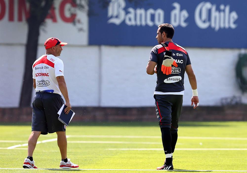 El jugador de la selección chilena de fútbol Claudio Bravo (d) habla con el director técnico del equipo, Jorge Sampaoli. Foto: EFE