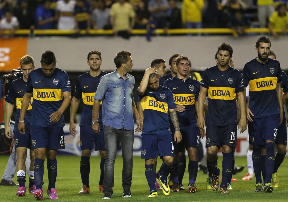 Jugadores de Boca Juniors reaccionan tras su derrota ante Deportivo Capiatá por la Copa Sudamericana. Foto: EFE