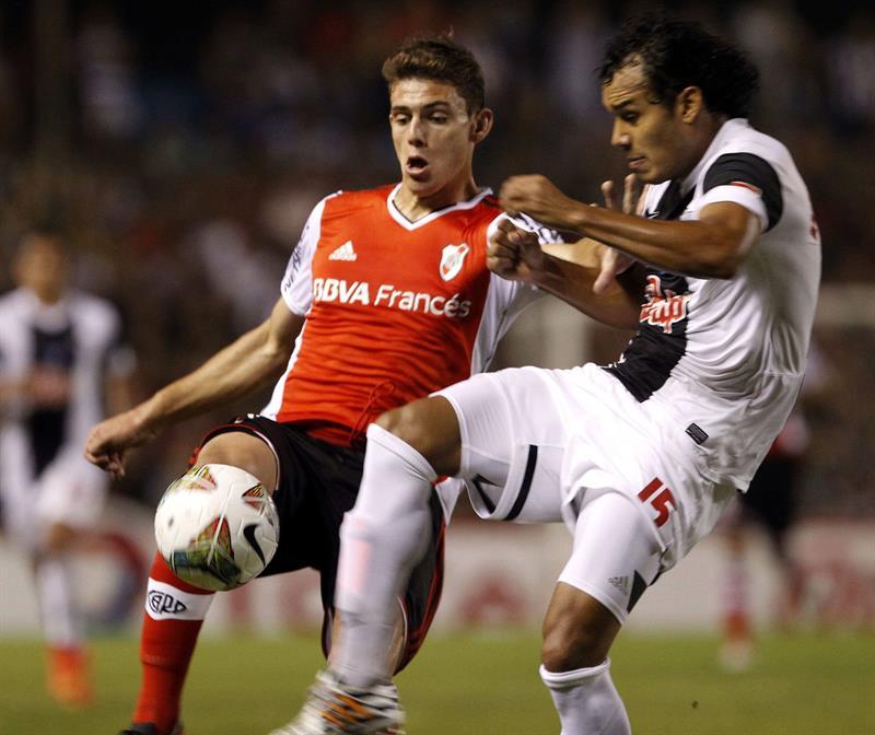 El jugador de Libertad de Paraguay Ismael Benegas (d) pelea el balón con Fabián Bastidas (d) del River Plate de Argentina. Foto: EFE