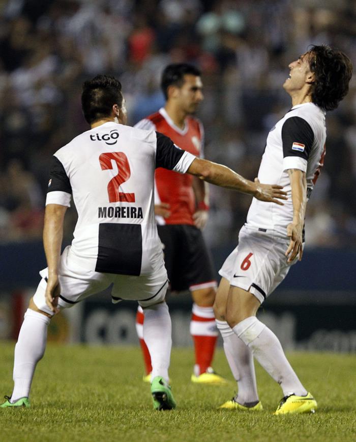 El jugador de Libertad Claudio David Vargas (d) celebra después de anotar contra River Plate de Argentina. Foto: EFE