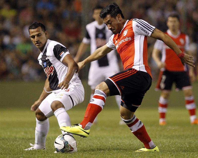 El jugador del Libertad de Paraguay Sergio Aquino (i) pelea el balón con Diego Mateo Casas (d) del River Plate de Argentina. Foto: EFE