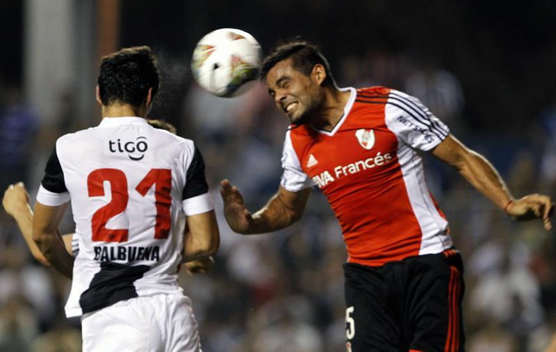 El jugador de Libertad Fabián Cornelio Balbuena (i) pelea el balón con Gastón Hernán Oliveira (d) del River Plate de Argentina. Foto: EFE
