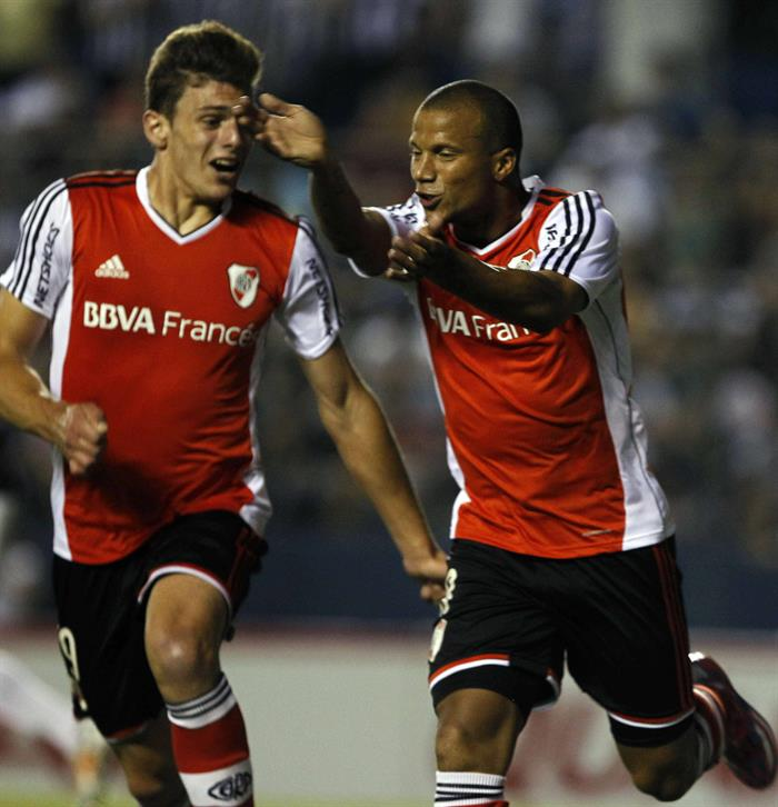 El jugador del River Plate de Argentina Carlos Sánchez (d) celebra un gol ante el Libertad de Paraguay. Foto: EFE