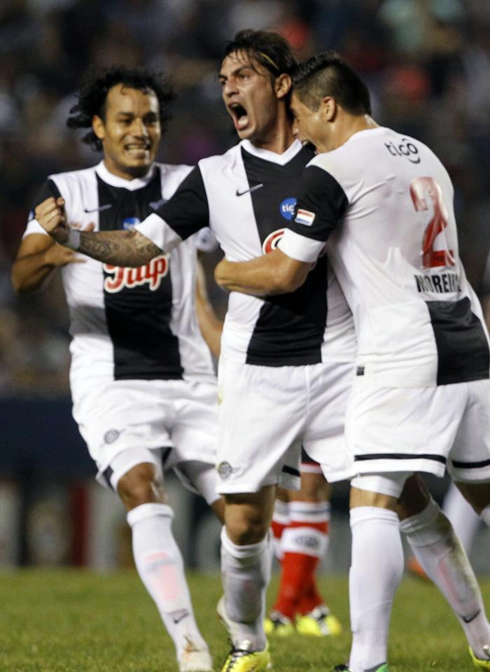 El jugador de Libertad Claudio David Vargas (c) celebra después de anotar contra River Plate de Argentina. Foto: EFE