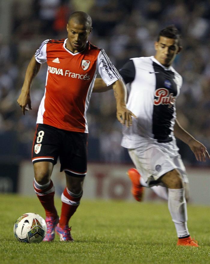 El jugador de Libertad de Paraguay Jorge Daniel González (d) pelea el balón con Carlos Sánchez (i) del River Plate de Argentina. Foto: EFE