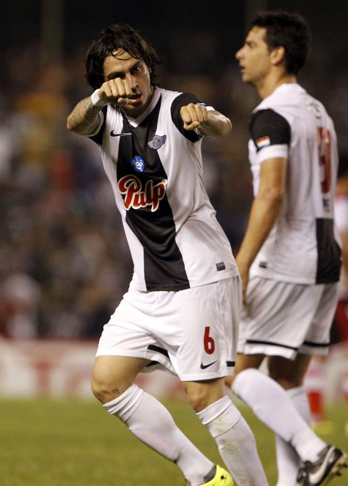 El jugador de Libertad Claudio David Vargas (i) celebra después de anotar contra River Plate de Argentina. Foto: EFE