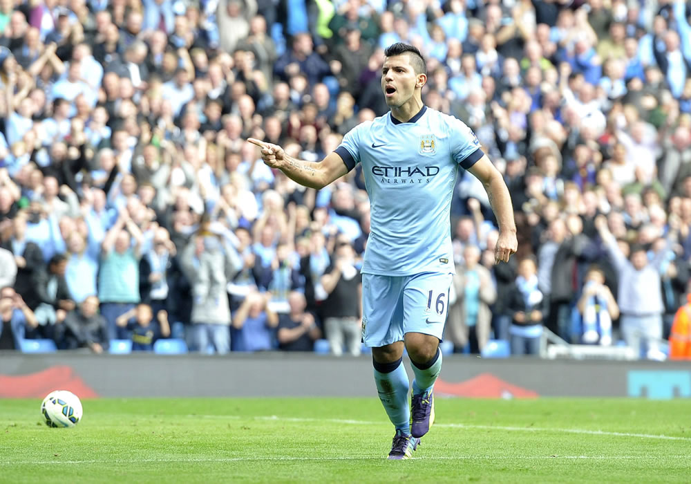 Manchester City's Sergio Aguero celebrates after scoring from the penalty spot the 3-1 goal during the English Premier League soccer match between Manchester City and Tottenham Hotspur. Foto: EFE