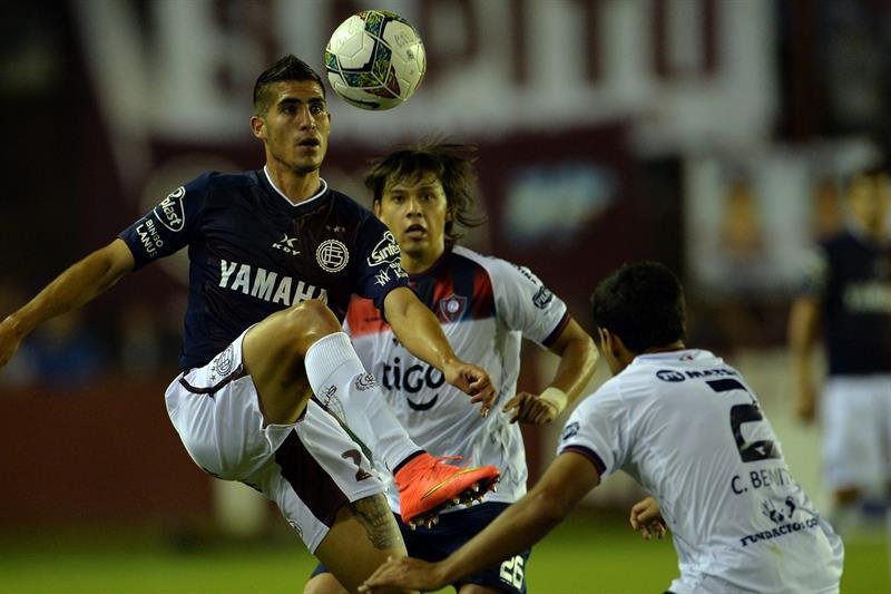 Jugadores de Cerro Porteño de Paraguay celebran tras su juego ante Lanús. EFE