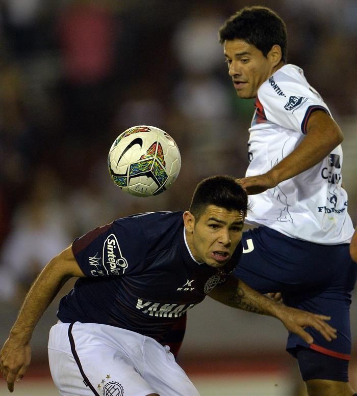 Santiago Silva (i) de Lanús se lamenta luego de perder la clasificación ante Cerro Porteño. EFE
