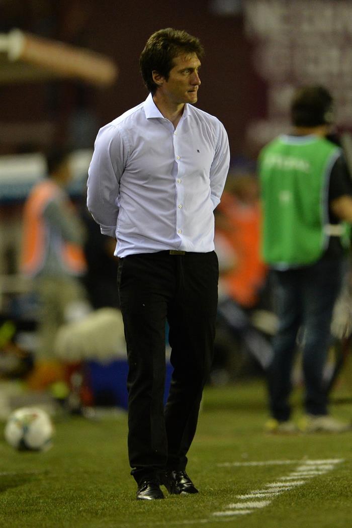 El entrenador de Lanús, Guilermo Barros Schelloto, observa el juego ante Cerro Porteño de Paraguay. EFE