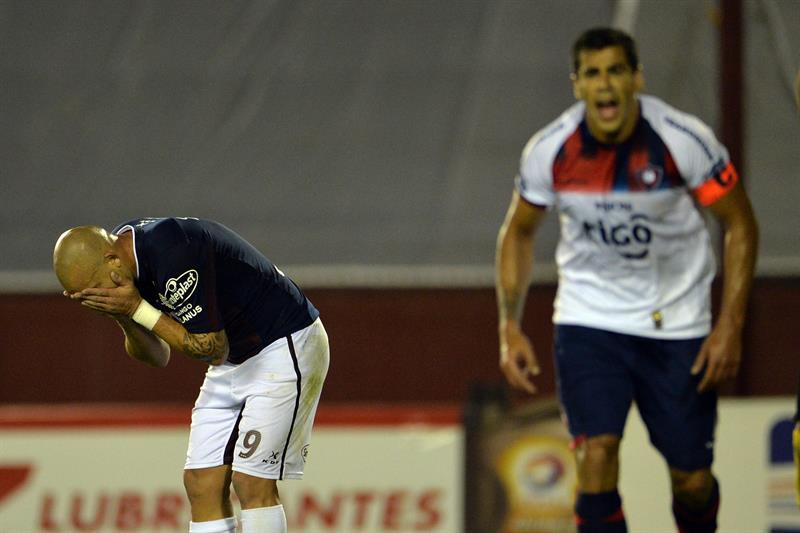 Silvio Romeroi (i) de Lanús disputa el balón con Cesar Benitez (d) de Cerro Porteño. Foto: EFE