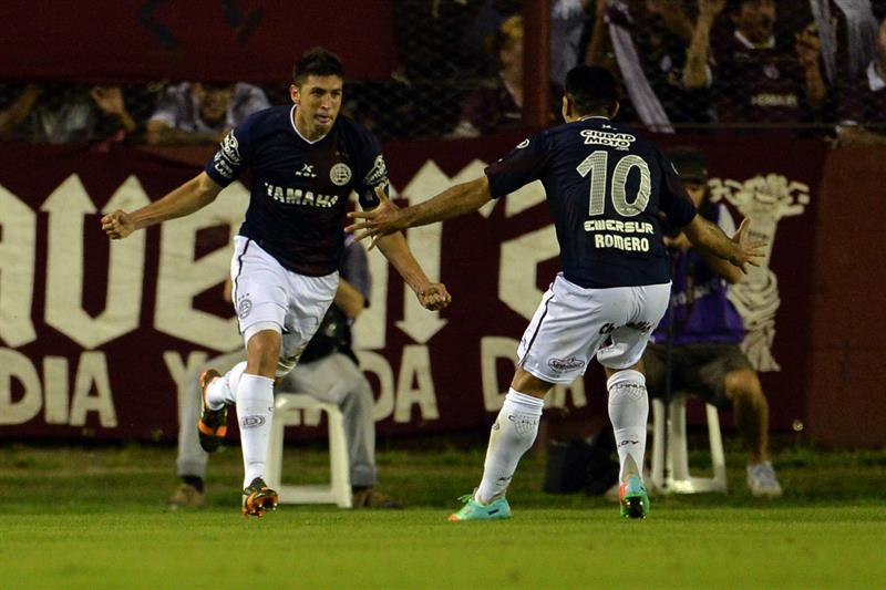 Diego Braghieri (i) de Lanús festeja su anotación ante Cerro Porteño de Paraguay. Foto: EFE