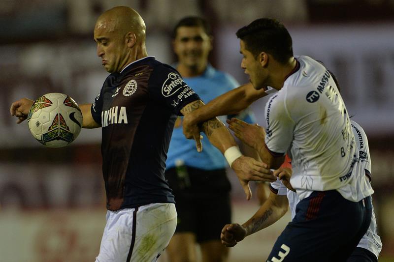 Bruno Valdez (d) de Cerro Porteño de Paraguay disputa el balón con Santiago Silva (i) de Lanús. Foto: EFE