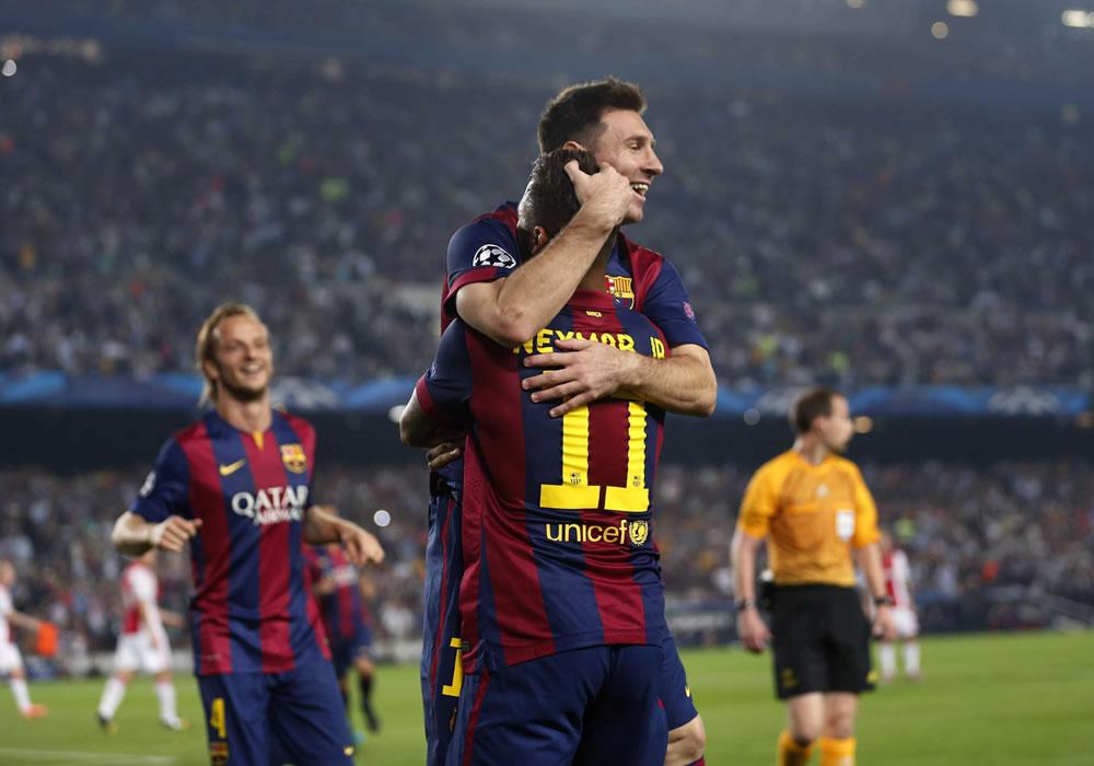El argentino del FC Barcelona Lionel Messi (c) celebra con el brasileño Neymar (d), el gol marcado al Ajax de Amsterdam, durante el partido de la tercera jornada de la Liga de Campeones. Foto: EFE