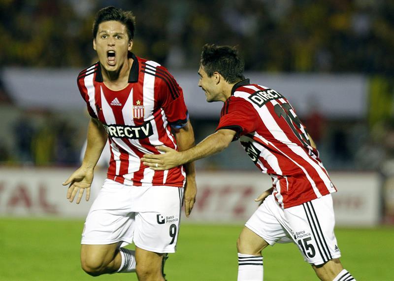 Los jugadores de Estudiantes de la Plata Guido Carrillo (i) y Ezequiel Cerutti (d) celebran un gol ante Peñarol. Foto: EFE