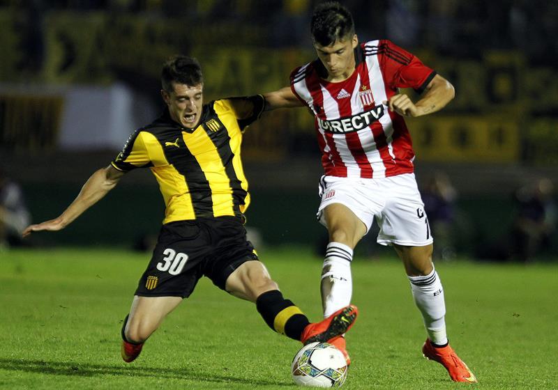 El jugador de Estudiantes de la Plata Joaquín Correa (d) disputa el balón con Alejandro Silva (i) de Peñarol. Foto: EFE