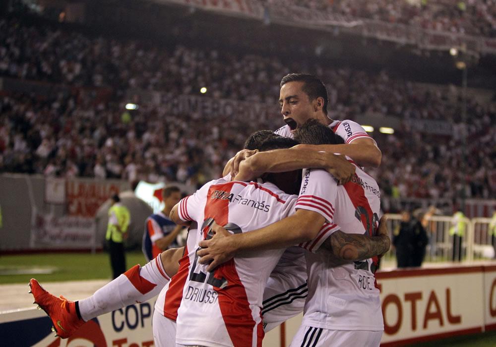 Los jugadores de River Plate de Argentina festejan su gol ante Libertad de Paraguay. Foto: EFE