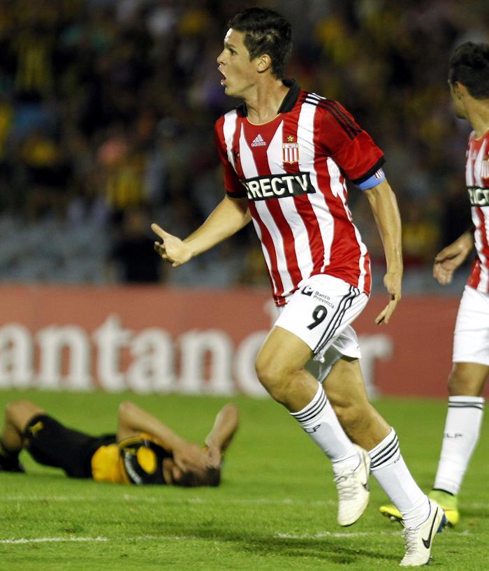 El jugador de Estudiantes de la Plata Guido Carrillo celebra un gol ante Peñarol. Foto: EFE